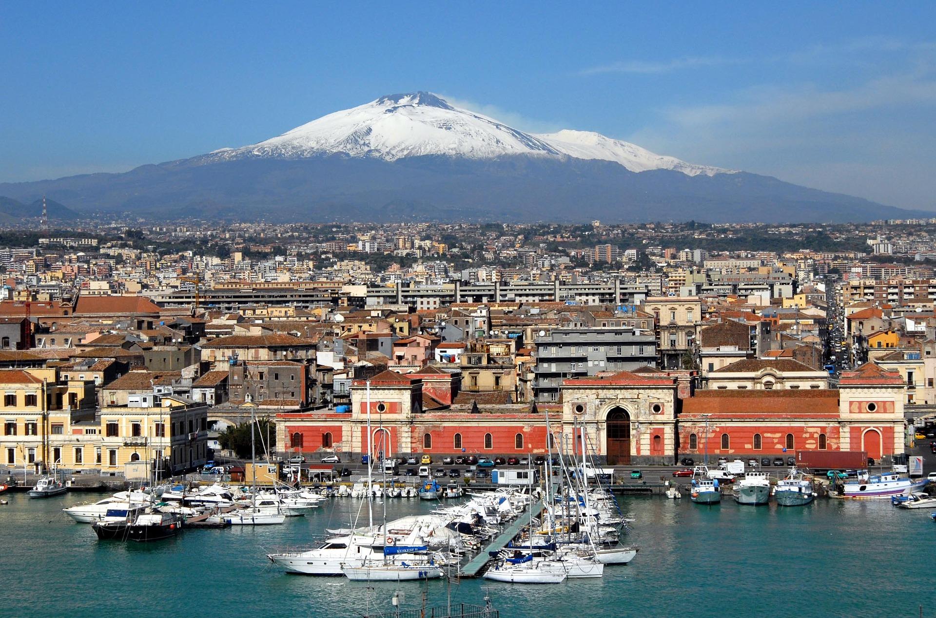 Veduta di Catania dal porto